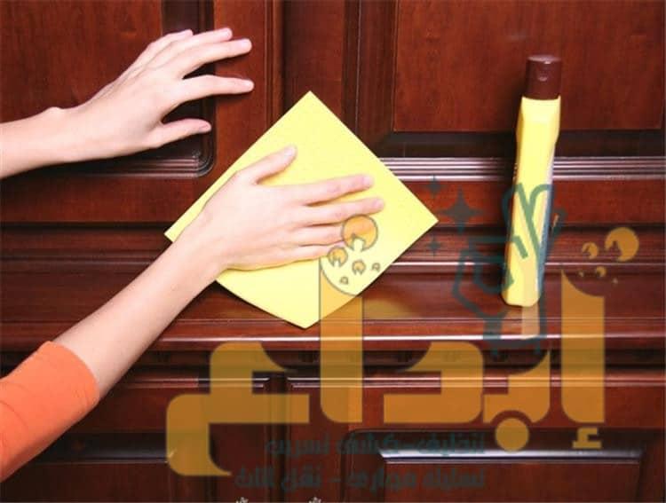 صورة طريقة تلميع وتنظيف الخشب المطفي